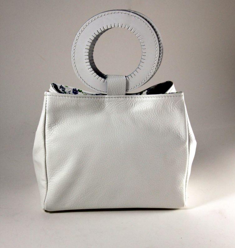 Γυναικεία τσάντα χειρός σε λευκό δέρμα